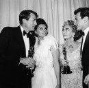 Gregory Peck, Sophia Loren, Joan Crawford e Maximilian Schell, backstage Academy Awards, 08 apr 1963