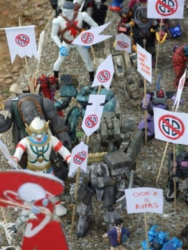 action figure corteo di protesta singapore